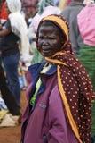 Afrikansk gammal kvinna på den Karatu Iraqw marknaden Royaltyfri Fotografi