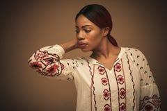 afrikansk härlig kvinna Stående close upp arkivfoto
