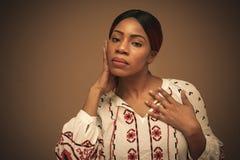 afrikansk härlig kvinna Stående close upp royaltyfria bilder
