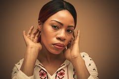 afrikansk härlig kvinna Stående close upp arkivfoton