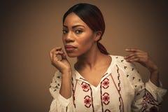 afrikansk härlig kvinna Stående close upp arkivbilder