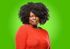 afrikansk härlig lockig hårkvinna arkivbilder