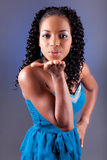 afrikansk härlig slående ung kysskvinna Royaltyfri Bild