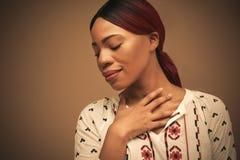 afrikansk härlig ståendekvinna close upp royaltyfri foto