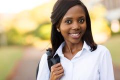 Afrikansk högskolaflicka utomhus royaltyfri foto