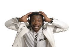 Afrikansk konstnär som har gyckel med head telefoner Royaltyfri Foto