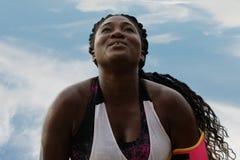 Afrikansk kvinna för kondition som gör upp liggande armhävningar under regnslut arkivfoton
