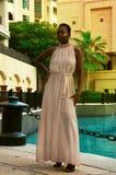 Afrikansk kvinna i en lyxig klänning royaltyfri bild