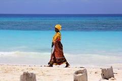 Afrikansk kvinna i traditionell klänning Royaltyfria Bilder