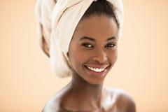 Afrikansk kvinna med en Head handduk Royaltyfria Foton