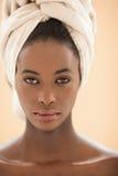 Afrikansk kvinna med en Head handduk Fotografering för Bildbyråer