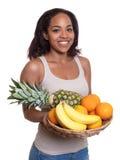Afrikansk kvinna med en korg av frukter Royaltyfri Fotografi