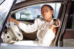 Afrikansk kvinna med hennes nya tangent för bilvisning Arkivfoto