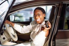 Afrikansk kvinna med hennes nya tangent för bilvisning Royaltyfri Foto