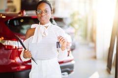 Afrikansk kvinna med hennes nya tangent för bilvisning Fotografering för Bildbyråer