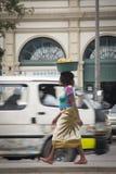 Afrikansk kvinna med korgen av apelsiner Arkivfoton