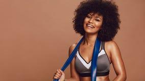 Afrikansk kvinna med motståndsmusikbandet i sportswear royaltyfri bild
