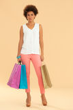 Afrikansk kvinna med shoppingpåsar royaltyfri bild