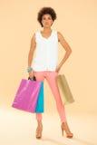Afrikansk kvinna med shoppingpåsar arkivfoto