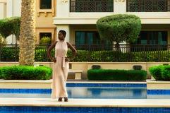 Afrikansk kvinna nära pölområde fotografering för bildbyråer
