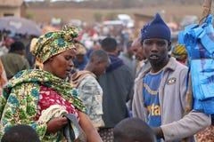 Afrikansk kvinna och ung man på den Karatu Iraqw marknaden Royaltyfria Bilder