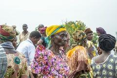 Afrikansk kvinna på den fullsatta marknaden, Uganda royaltyfria bilder