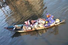 Afrikansk kvinna på en kanot Royaltyfria Foton