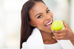 Afrikansk kvinna som äter äpplet Arkivfoto