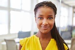 Afrikansk kvinna som deltagare i utbildning arkivfoto