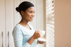 Afrikansk kvinna som dricker kaffe Royaltyfri Bild