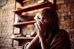 Afrikansk kvinna som dricker kaffe arkivbilder
