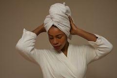 Afrikansk kvinna som slås in i handdukar efter bad arkivfoto