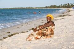 Afrikansk kvinna som tycker om stranden Royaltyfria Bilder