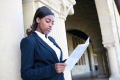 Afrikansk kvinnaavläsningstidning Arkivfoto