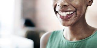 Afrikansk kvinnalycka som ler gladlynt optimistiskt begrepp royaltyfria bilder