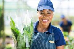 Afrikansk kvinnlig blomsterhandlare fotografering för bildbyråer