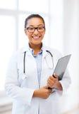 Afrikansk kvinnlig doktor i sjukhus Fotografering för Bildbyråer