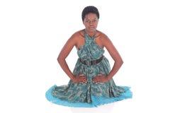 Afrikansk kvinnlig i en blå klänning Royaltyfri Fotografi