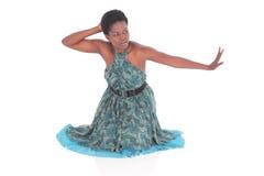 Afrikansk kvinnlig i en blå klänningdans Arkivfoton