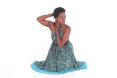 Afrikansk kvinnlig i en blå klänningdans Arkivfoto