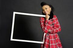 Afrikansk kvinnlig modell Holding en ram Royaltyfri Bild
