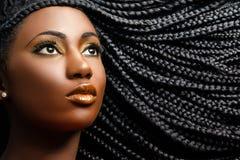 Afrikansk kvinnlig skönhet med flätat hår royaltyfria foton