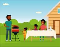 Afrikansk lycklig familj som utomhus förbereder ett grillfestgaller Familjfritid Fotografering för Bildbyråer