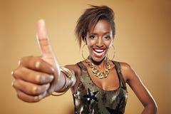 afrikansk lyftande tum upp kvinna royaltyfri foto