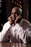 Afrikansk man på skrivbordet Royaltyfri Bild