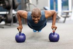 Afrikansk man push-UPS Royaltyfria Bilder