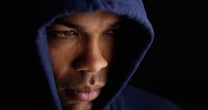 Afrikansk man som bär den blåa tröjan fotografering för bildbyråer