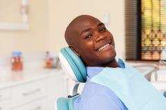 Afrikansk man som besöker tandläkaren Royaltyfria Bilder