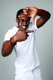 Afrikansk man som gör ramtecknet med hans händer Royaltyfri Bild