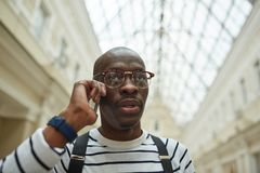 Afrikansk man som stannar till telefonen royaltyfria foton